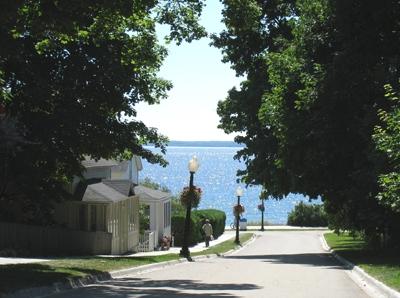 坂の下はヒューロン湖