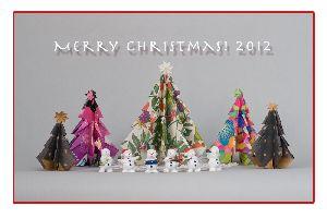 包装紙と広告紙で作ったクリスマスツリー