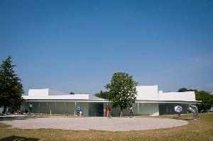 """金沢21世紀美術館 形が丸いので""""まるびぃ""""の愛称がついています"""