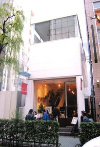 2階建てのオシャレなギャラリーの1階と2階を借りきって展示しました。